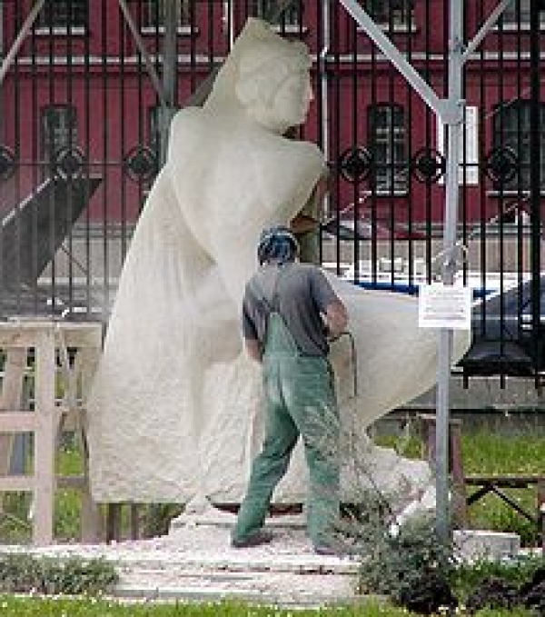 220px-Moscow_Park_of_the_Arts_sculptor_at_work
